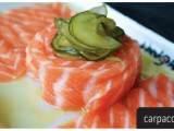 Carpaccio de salmão - Finos cortes de salmão ao azeite e molho tarê.
