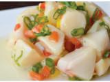 Cebiche - Peixe branco cortado em cubos com salada de pimentão, marinado com limão e azeite.