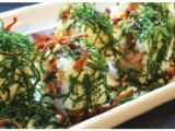 Cogumelos shimeji enrolados com corte de salmão flambados com licor. (4 unidades)