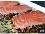 Sashimi flambado - Cortes de sashimi flambados com, gergelim torrado e molho teriaki. (4 unidades)